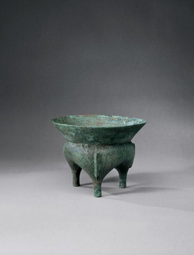 An Archaic Bronze Ritual Tripod Food Vessel (Li Ding)