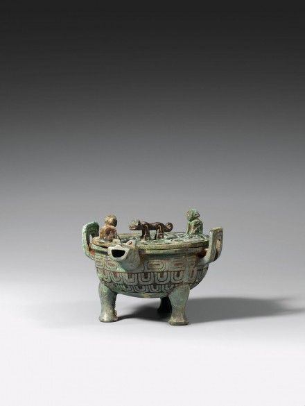 An Archaic Bronze Ritual Covered Tripod Pouring Vessel (Yi Ding)