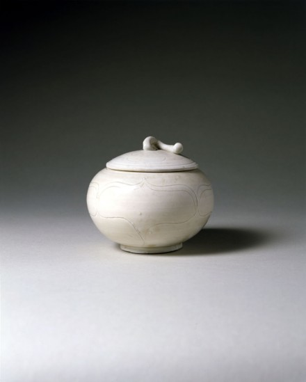 AN EARLY DINGYAO PORCELAIN POMEGRANATE-FORM JAR AND COVER