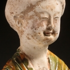 A SANCAI- AND-BLUE GLAZED POTTERY FIGURE OF A COURTESAN