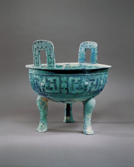 A LARGE ARCHAIC BRONZE RITUAL FOOD VESSEL (DING)