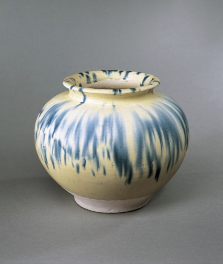 A BLUE-SPLASHED WHITE-GLAZED POTTERY JAR