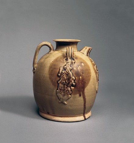 A TWO-COLOR GLAZED STONEWARE EWER WITH APPLIQUÉ DECORATION