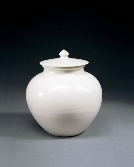 AN EARLY WHITE PORCELAIN JAR AND COVER