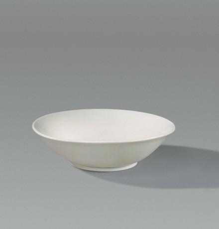 A XINGYAO WHITE PORCELAIN SHALLOW BOWL