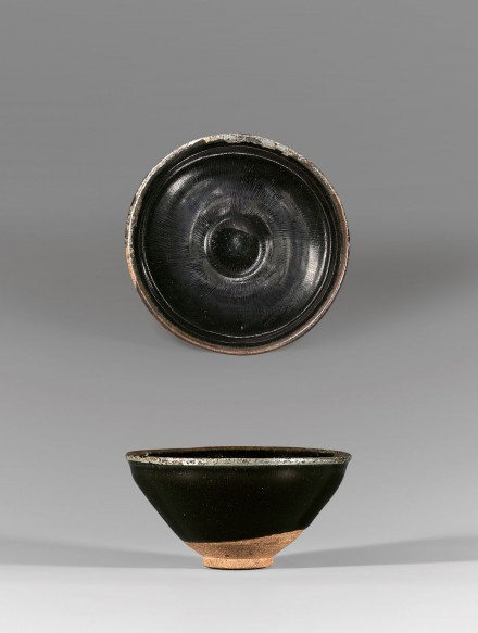 A BLACK-GLAZED TEA BOWL WITH PAINTED SILVER 'HARE'S FUR' DECORATION