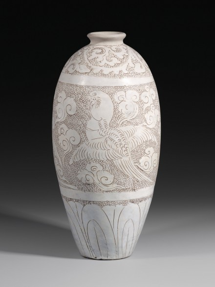 A LARGE ENGRAVED WHITE-GLAZED CIZHOU MEIPING