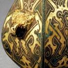 A MINIATURE GOLD-INLAID BRONZE VASE (FANGHU)