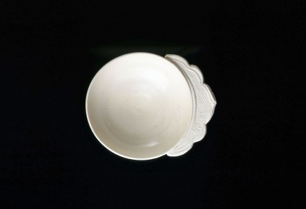 A WHITE PORCELAIN BRUSHWASHER