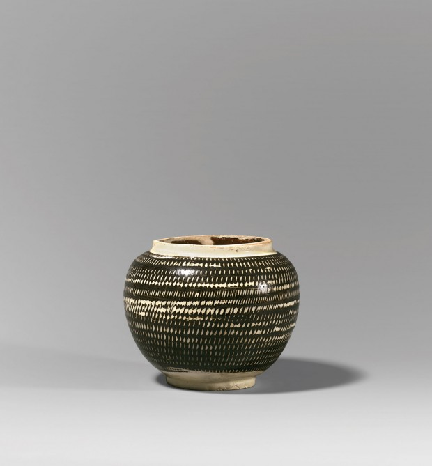 A CIZHOU POTTERY JAR WITH ROULETTED DECORATION