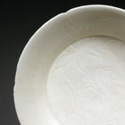 A DINGYAO WHITE PORCELAIN DISH WITH CARVED LOTUS DECORATION