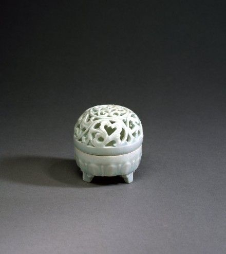 A YINGQING PORCELAIN OPENWORK CENSER