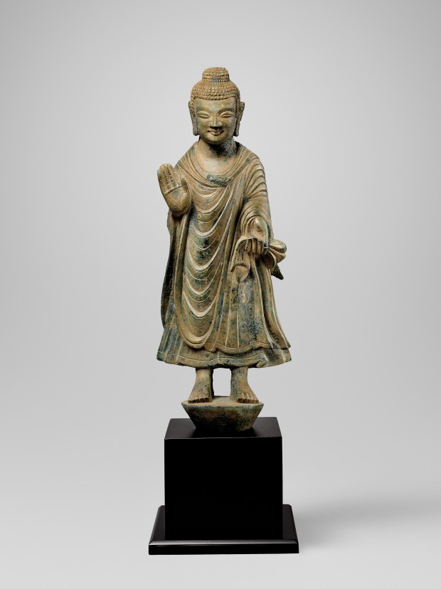 AN EARLY BRONZE FIGURE OF BUDDHA