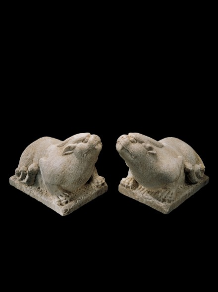 A PAIR OF MARBLE GUARDIAN BEASTS