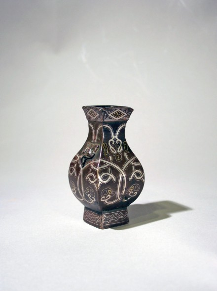 A SMALL SILVER- AND GOLD- INLAID ARCHAIC STYLE BRONZE VASE (FANGHU)