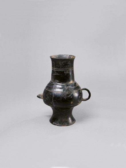 A NEOLITHIC BURNISHED BLACK POTTERY VESSEL WITH TWO HANDLES