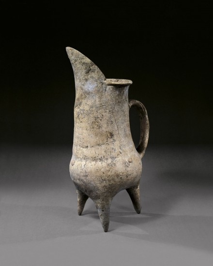 A NEOLITHIC WHITE POTTERY TRIPOD EWER (GUI)