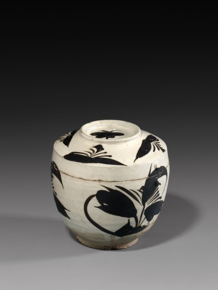 A PAINTED CIZHOU POTTERY JAR AND COVER