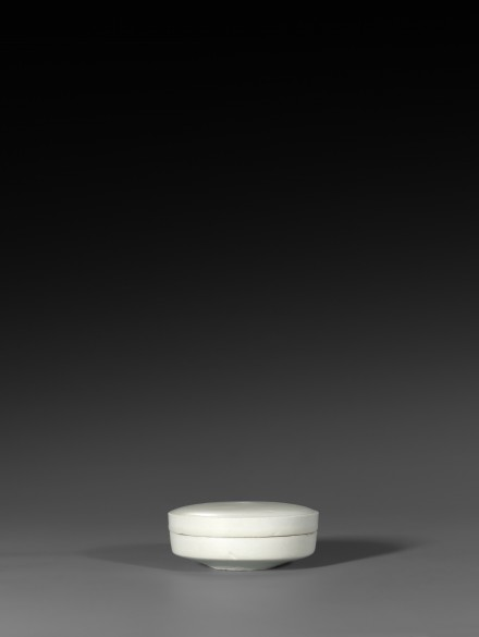 A DING TYPE WHITE PORCELAIN BOX AND COVER